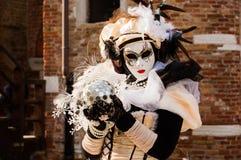 Femme masquée par beige Photographie stock