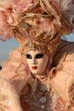 Femme masquée par rose Photos stock
