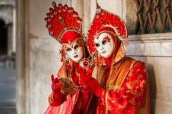 Couples masqués par rouge Photos libres de droits