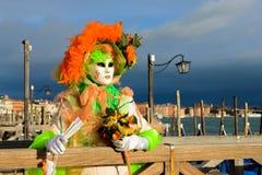 Femme masquée sur le ponton à Venise Photographie stock