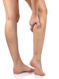 Femme massant son veau douloureux de jambe images libres de droits