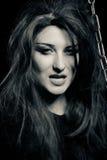 Femme mauvaise effrayante dans l'obscurité photographie stock