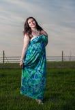 Femme merveilleuse avec la robe vert-bleu dehors Photo stock