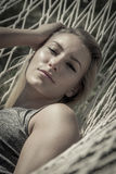Femme merveilleuse dans un hamac Image stock