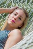 Femme merveilleuse dans un hamac Photographie stock