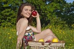 Femme merveilleux avec la pomme Photos stock