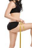Femme mesurant ses gratte-culs Image stock