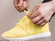 Femme mettant des chaussures de sport photo libre de droits