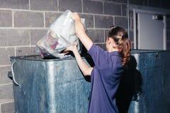 Femme mettant des déchets dans la poubelle photo stock