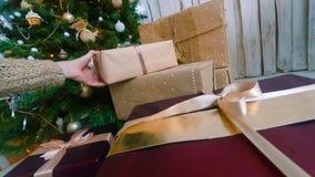 Femme mettant des présents sous l'arbre de Noël photos stock