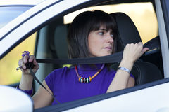 Femme mettant la ceinture de sécurité Images libres de droits