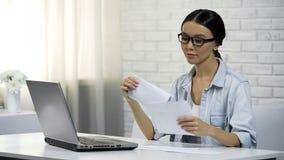 Femme mettant la lettre à l'enveloppe se reposant à la maison, complétant la déclaration d'impôts photos libres de droits