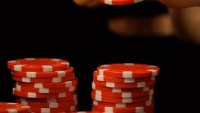 Femme mettant le jeton de poker dans la rangée, club de luxe de casino, dépendance de jeu, chance banque de vidéos