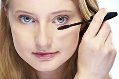 Femme mettant le renivellement de mascara photographie stock libre de droits