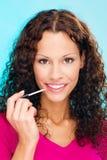 Femme mettant le rouge à lievres sur des languettes photos libres de droits