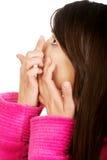 Femme mettant le verre de contact dans son oeil Photos stock
