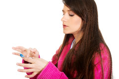 Femme mettant le verre de contact dans son oeil Photographie stock