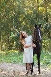 Femme mignon avec le cheval Photo stock
