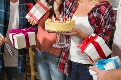 Femme mignonne célébrant son anniversaire avec un groupe d'amis Photo libre de droits