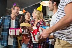 Femme mignonne célébrant son anniversaire avec un groupe d'amis Image stock