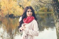 Femme mignonne d'automne dehors, mode d'automne photographie stock