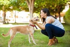 Femme mignonne dans l'amour de son chien Photos libres de droits