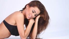 Femme mignonne dans le bikini noir sur le blanc banque de vidéos