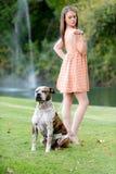 Femme mignonne de brune avec le chien, fin de l'après-midi Images stock
