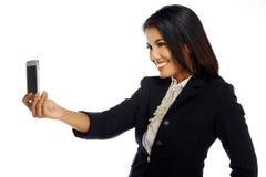 Femme mignonne de brune prenant la photo d'elle-même Image stock