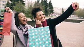 Femme mignonne de l'afro-américain deux prenant le selfie avec des paniers et le sourire Les amis ont l'amusement après vente de  Photo stock
