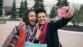 Femme mignonne de l'afro-américain deux prenant le selfie avec des paniers et le sourire Les amis ont l'amusement après vente de  Photographie stock libre de droits