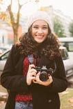 Femme mignonne de photographe sur la rue en automne Photographie stock