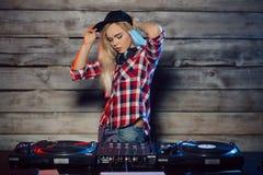Femme mignonne du DJ ayant l'amusement jouant la musique à la partie de club photo libre de droits