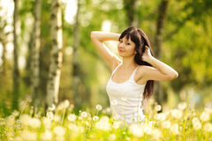 Femme mignonne en parc Images libres de droits