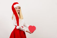 Femme mignonne heureuse avec la boîte de forme de coeur Noël Image libre de droits