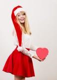 Femme mignonne heureuse avec la boîte de forme de coeur Noël Photo libre de droits