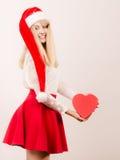 Femme mignonne heureuse avec la boîte de forme de coeur Noël Photos libres de droits