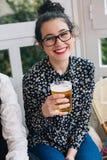 Femme mignonne heureuse dans une barre Photographie stock