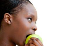 Femme mignonne mangeant la pomme Photographie stock libre de droits