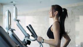 Femme mignonne s'exerçant dans le gymnase clips vidéos