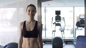 Femme mignonne s'exerçant dans le gymnase banque de vidéos
