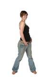 Femme mignonne souriant et affichant l'épaule nue Image stock