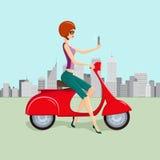 Femme mignonne sur le scooter rouge faisant Selfie Image stock