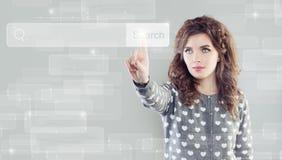 Femme mignonne touchant la barre vide d'adresse sur l'affichage virtuel photographie stock libre de droits