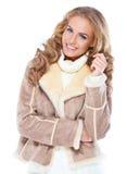 Femme mignonne utilisant la jupe moderne de fourrure de l'hiver photo stock