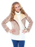 Femme mignonne utilisant la jupe moderne de fourrure de l'hiver Photo libre de droits