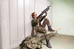 Femme militaire au vestiaire Photo libre de droits