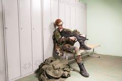 Femme militaire au vestiaire Image stock