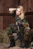 Femme militaire avec une arme Image stock