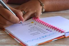 Femme millénaire, écrivant dans un journal de balle photographie stock